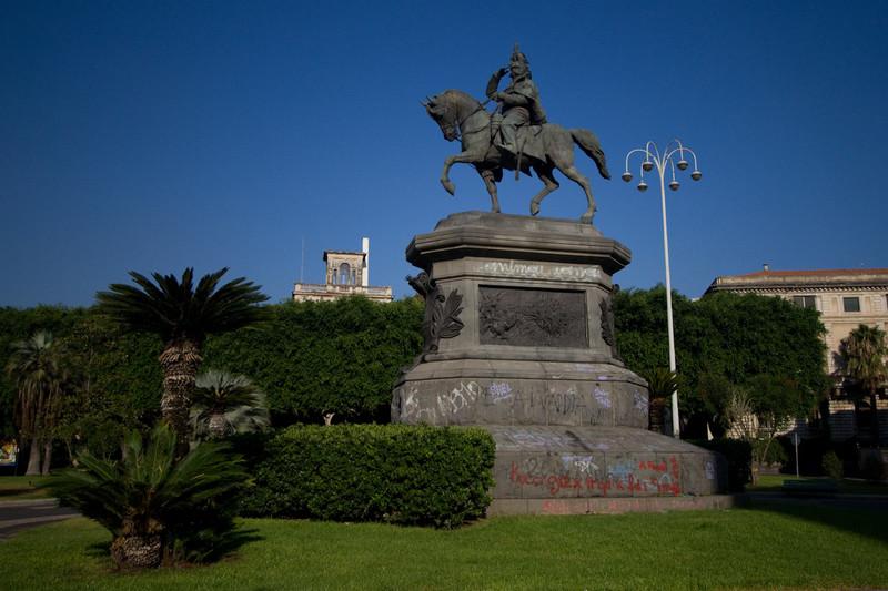 statue in Piazza Roma